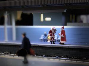 サンタは電車でお家に帰ります